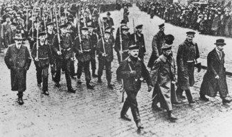 Foto: Beerdigungszug in Kiel am 10.11.1918
